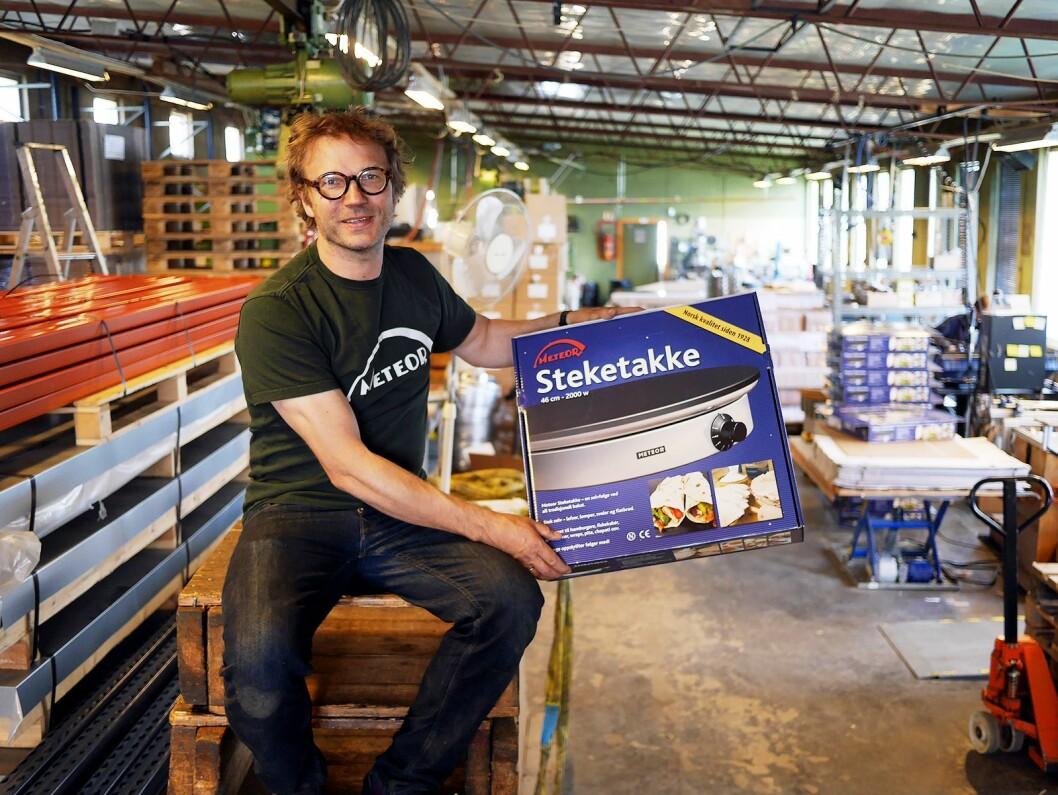 Håvid Engmark i Engmark Meteor AS produserer steketakker på Kaldbakken i Oslo. Foto: Stian Sønsteng
