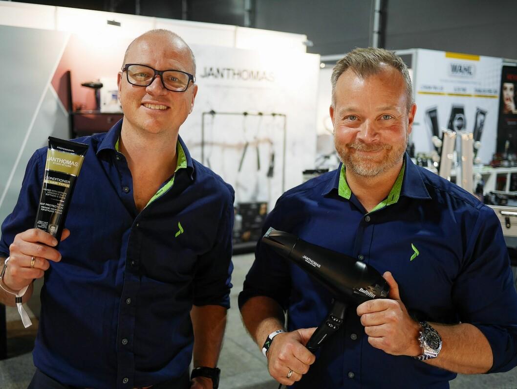 Espen Nordheim (t. h.) er innkjøpsdirektør, mens Tommy Myhre er kategoridirektør. De forteller at Jan Thomas Studio er blitt et viktig merke innen småelektriske produkter i Elkjøp Nordic. Foto: Stian Sønsteng