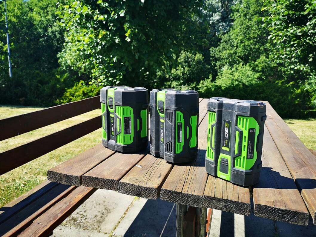Batteripakkene er kraftige, kan byttes mellom de enkelte produktene og har tre års garanti. Foto: Marte Ottemo.