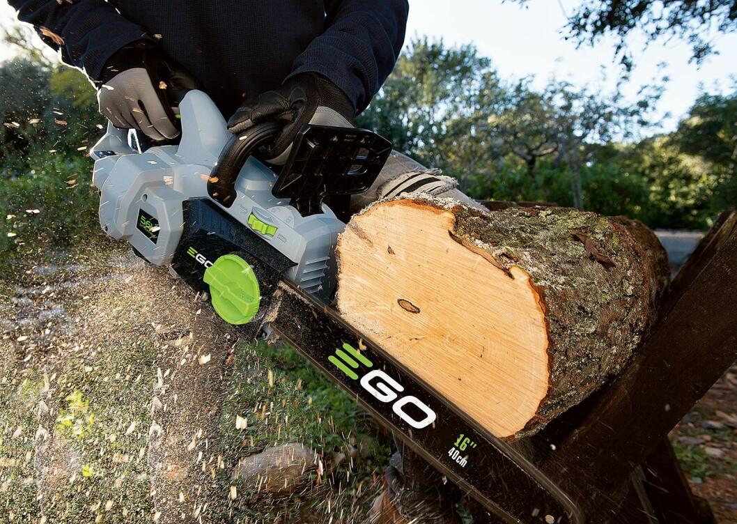 Motorsagene har et 35 eller 40cm langt blad, 12-13,5 m/s hastighet på kjedet og en børsteløs motor. Prisen ligger mellom 3.000 og 3.500 kroner. Foto: Ego