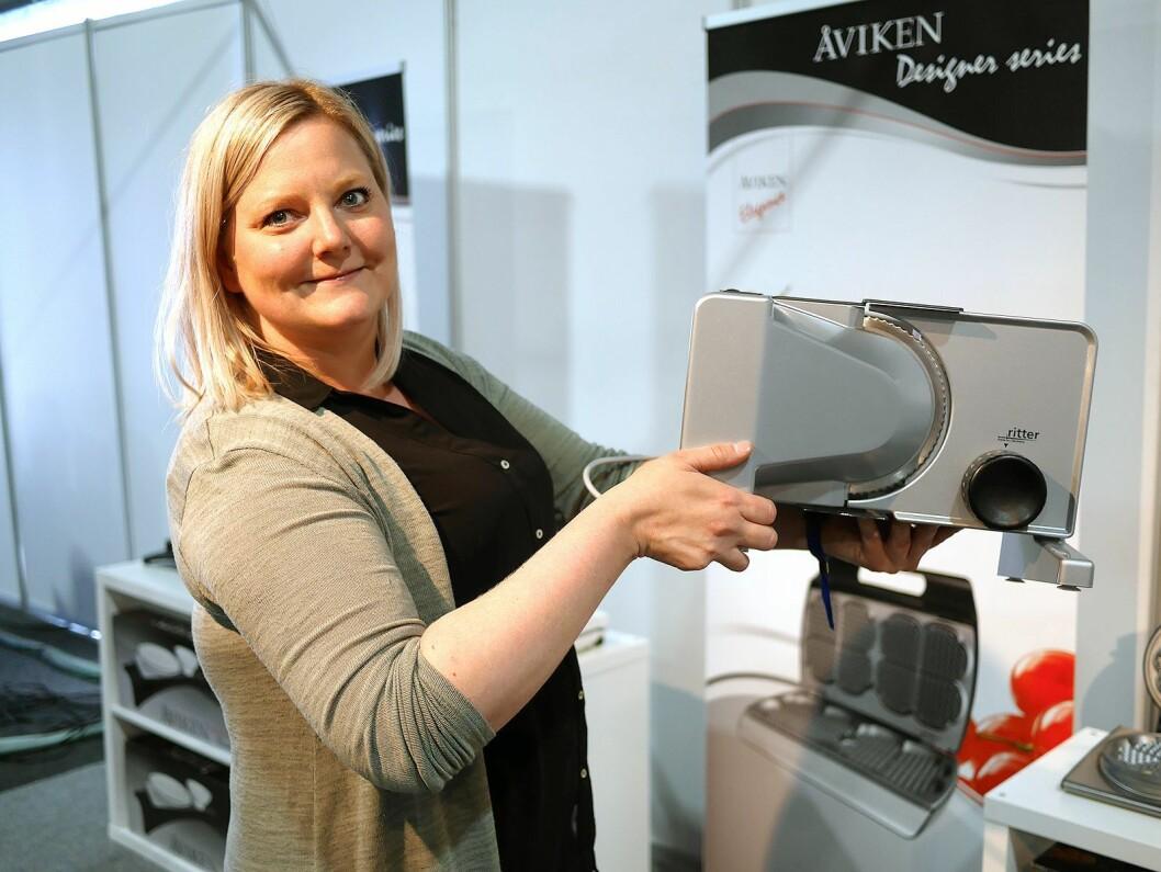Elisabeth Stake i Reuro viser oppskjærsmaskiner fra Ritter på Eldomestic. Foto: Stian Sønsteng
