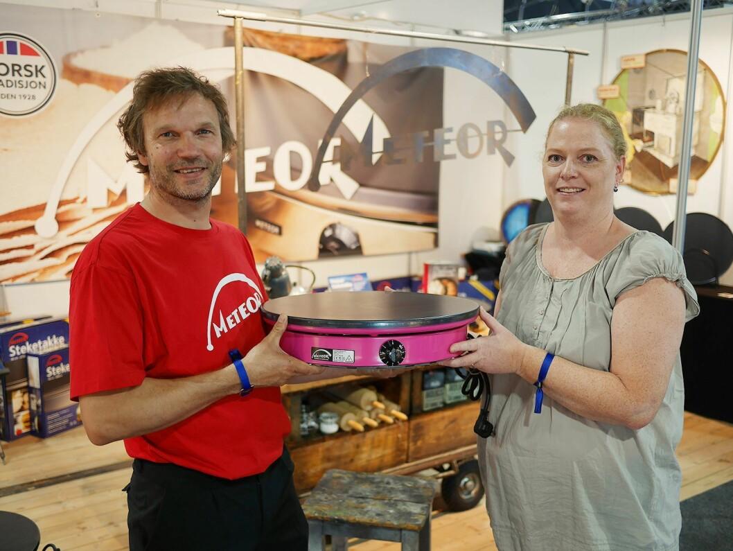 Håvid Engmark og Marit Øvergaard på Elkjøps opplæringsmesse Eldomestic, med en steketakke i rosa utførelse. Foto: Stian Sønsteng.