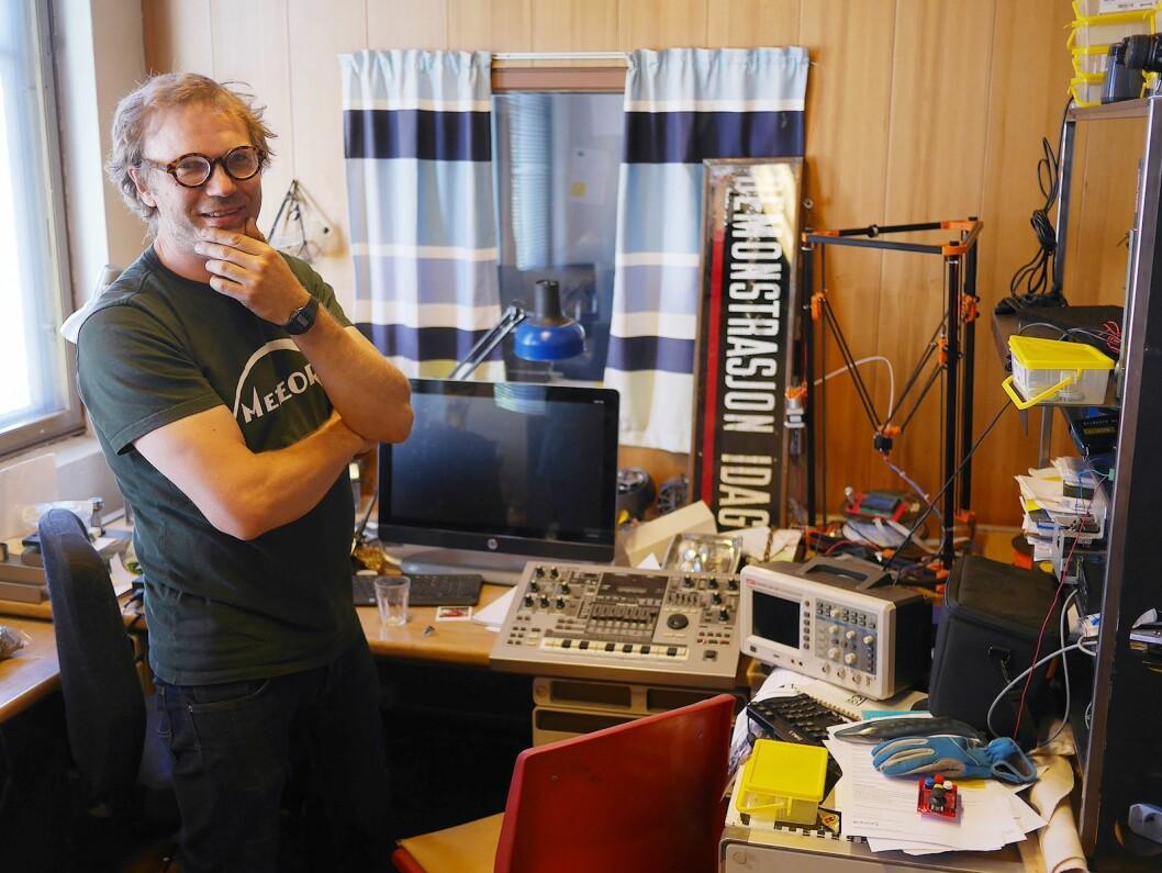 Håvid Engmark bruker like gjerne tiden i produksjonen som på direktørkontoret. Foto: Stian Sønsteng.