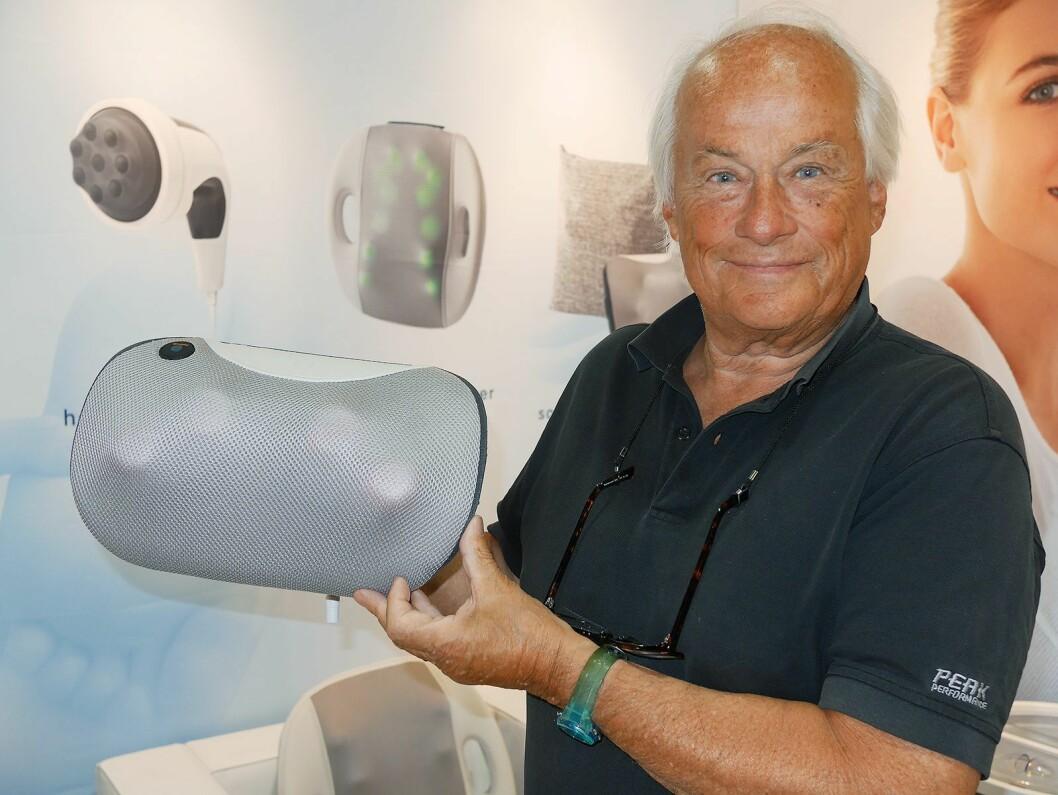 Hugo Sveholm i Mercante med storselgeren fra YoUcare; en oppladbar massasjepute for rygg, til snaut 600 kroner. Foto: Stian Sønsteng