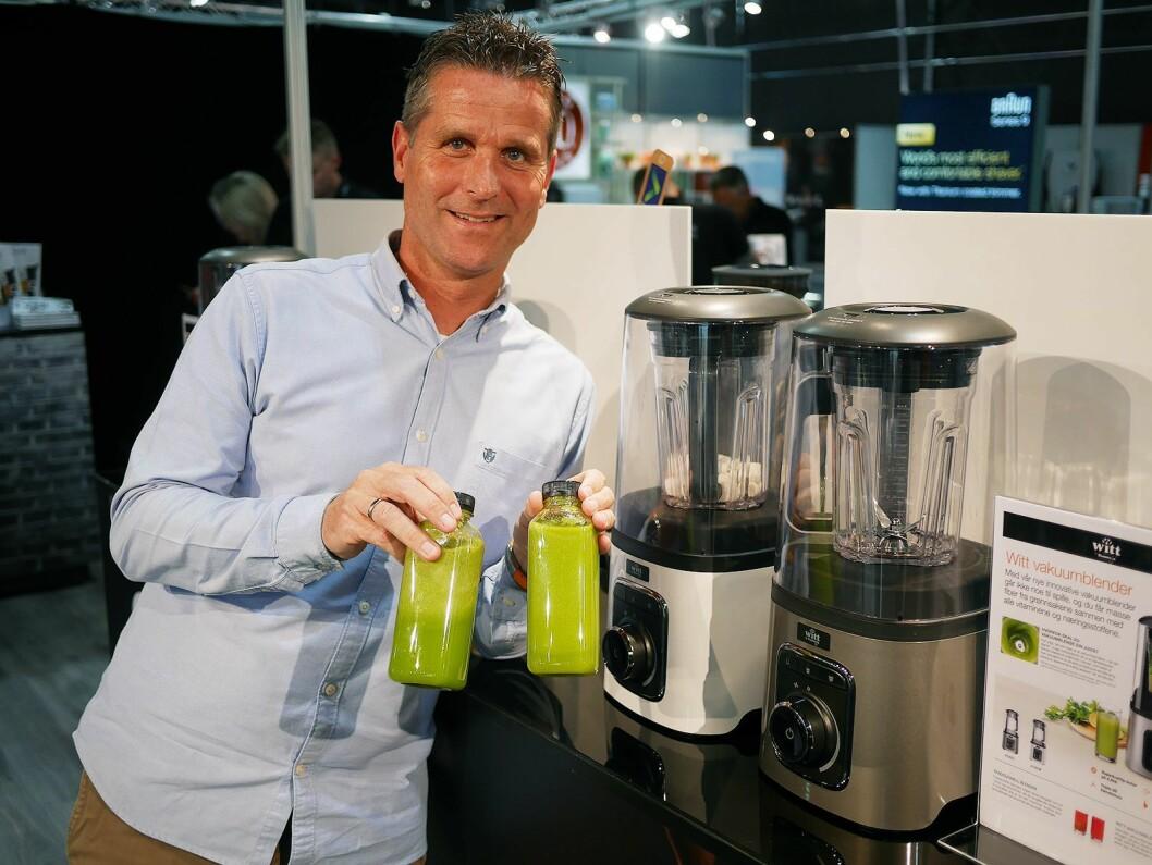Salgsdirektør Henrik Buur i Witt A/S med Witt by Kuvings Vakuum V1000, som gjør at smoothien (t. h.) ikke skiller seg. Pris: 7.000,- Foto: Stian Sønsteng