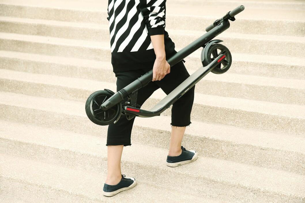 De elektriske sparkesyklene fra Ninebot by Segway kan man bære med seg. Foto: Segway.