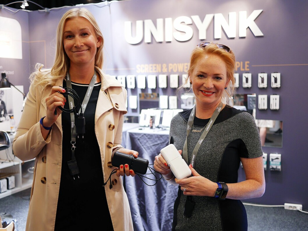 Malin Spjut (t. v.) og Anna Wootz i Universal Creation AB viser mobilladere og kabler fra Unisynk på Elbit. Foto: Stian Sønsteng