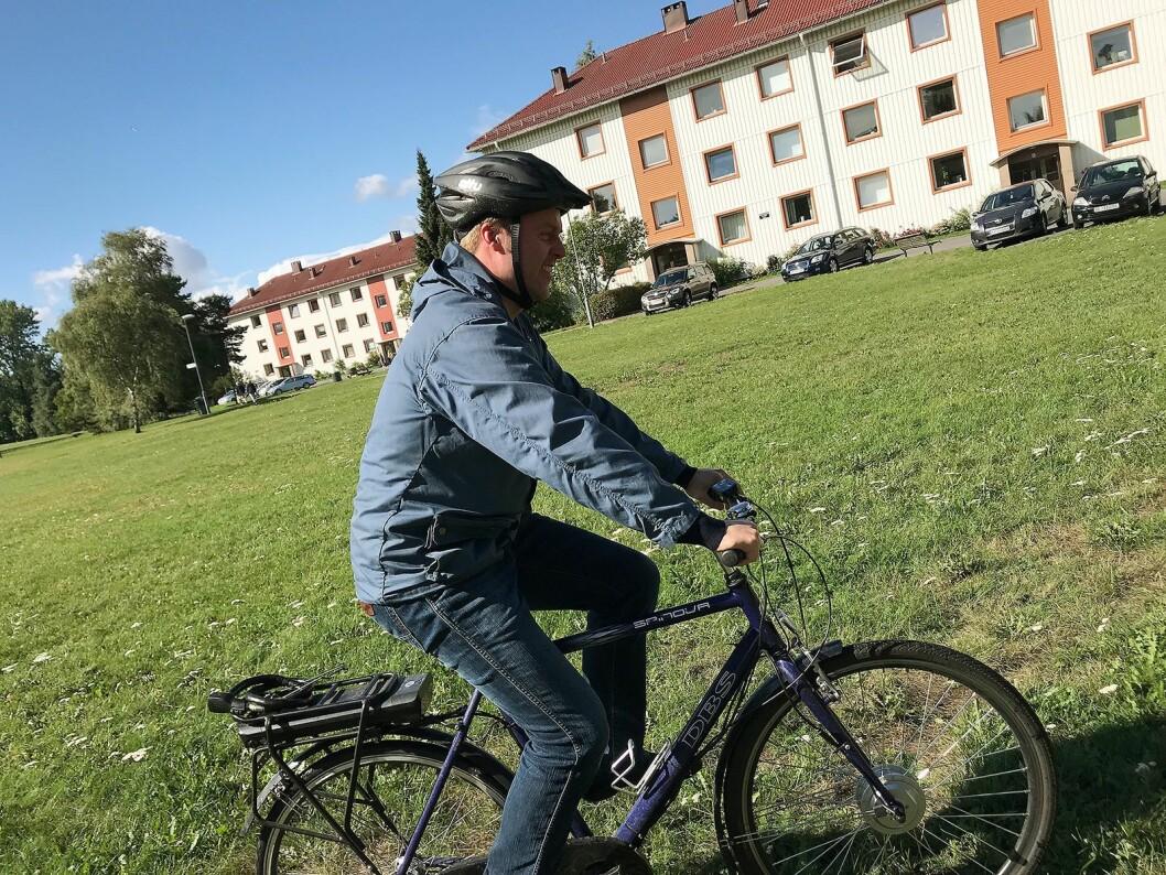 Morten Onsrud i Norsirk på en ombygd sykkel med el-motor, drevet av litium-ion batterier. Foto: Norsirk