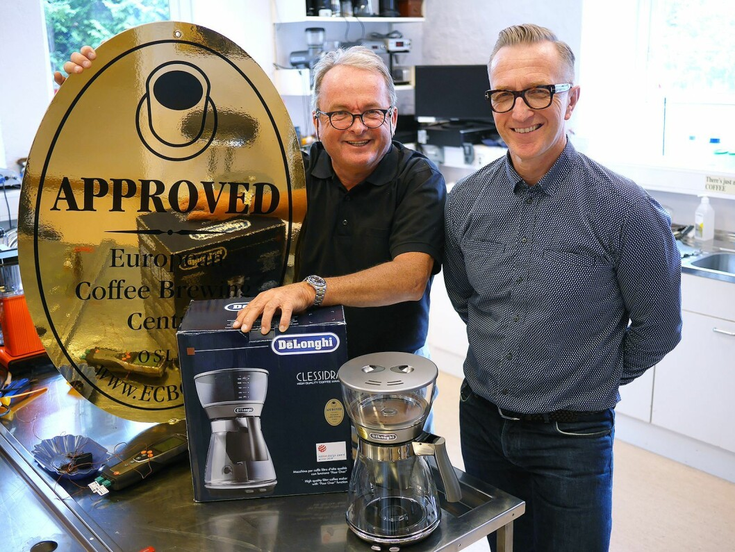Martin Vinje (t. v.) i De'Longhi på besøk hos Ole J. Sønstebø i Norsk kaffeinformasjon, som gjennom European Coffee Brewing Centre (ECBC) har gitt De'Longhi Clessidra sitt gyldne godkjenningsmerke. Foto: Stian Sønsteng