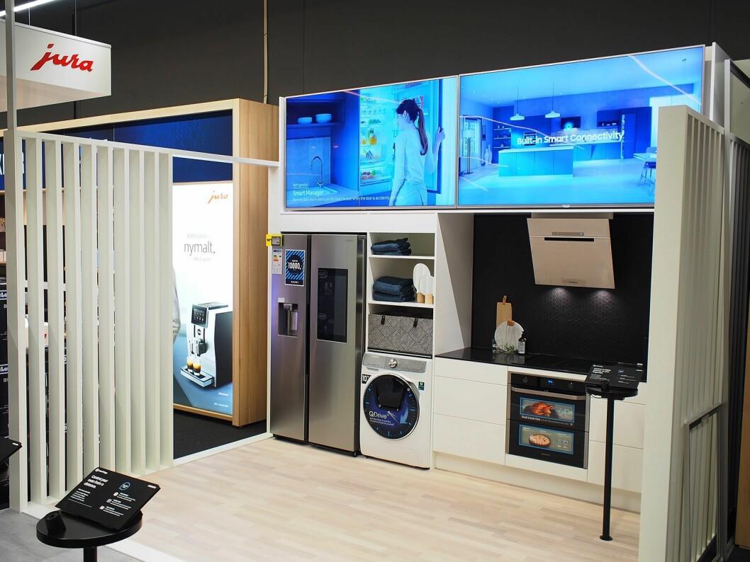 På dette kjøkkenet ser man Samsung sine smarte produkter satt i sitt rette element. Foto: Jan Røsholm.