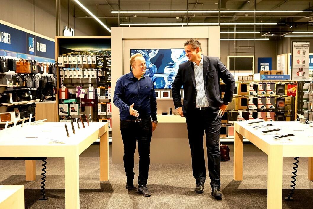 Varehussjef Ørjan Wilhelmsen og Norgessjef i Elkjøp Fredrik Tønnesen viser stolt frem det nye varehuset. Foto: Madeleine Schøyen Bergly, Elkjøp