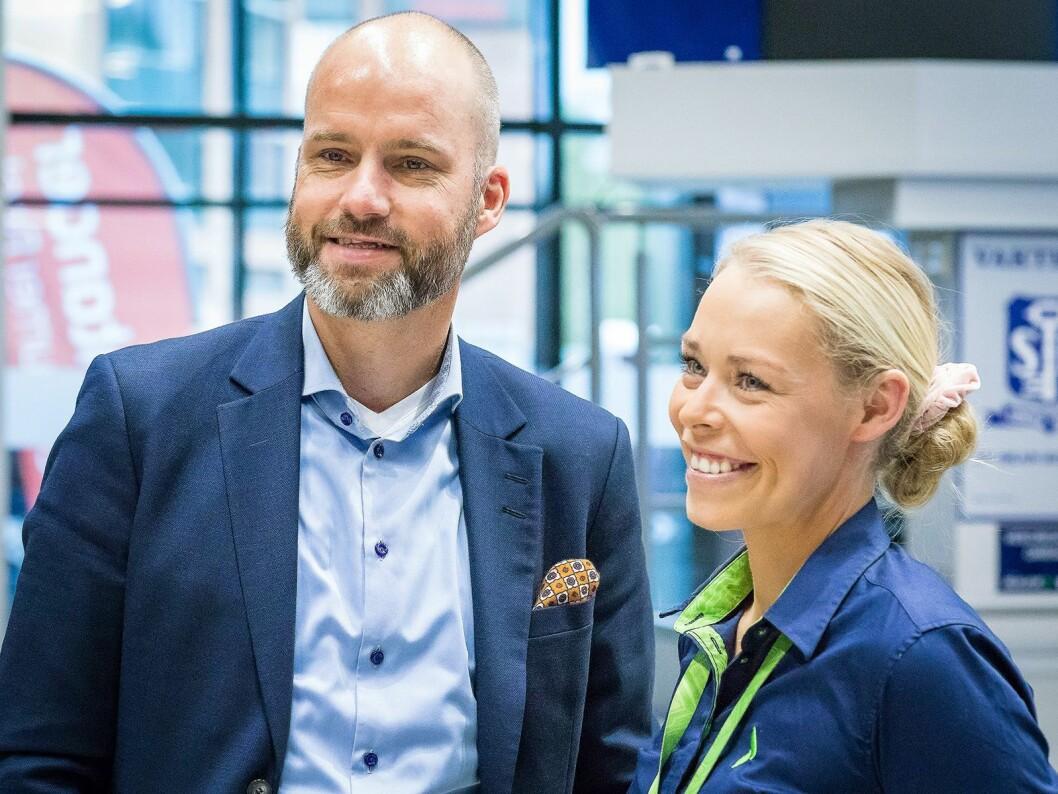 Flere leverandører deltok på nyåpningen. Her er Stig-Ove Langø fra Samsung sammen med kommunikasjonssjef i Elkjøp Norge Madeleine Schøyen Bergly. Foto: Ketil Martinsen.