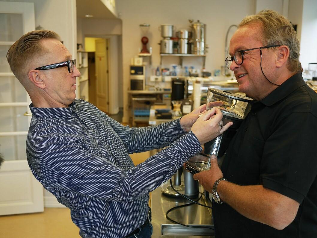 Ole J. Sønstebø (t. v.) og Martin Vinje sørger for at godkjenningsmerket kommer riktig på plass på DeLonghi Clessidra. Foto: Stian Sønsteng.