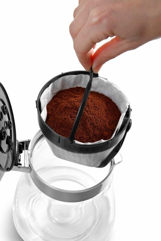 På DeLonghi Clessidra er filterholderen med dryppstopp plassert i glasskannen. Delonghi Clessidra (ICM17210) koster 1.500,- Foto: DeLonghi.