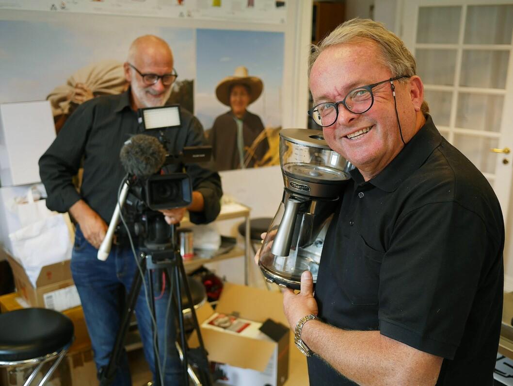 Martin Vinje (t. h.) i DeLonghi og Frode Reinholt Jensen i Video Vital AS lager opplæringsvideoer i forbindelse med lanseringen av DeLonghi Clessidra. Foto: Stian Sønsteng.