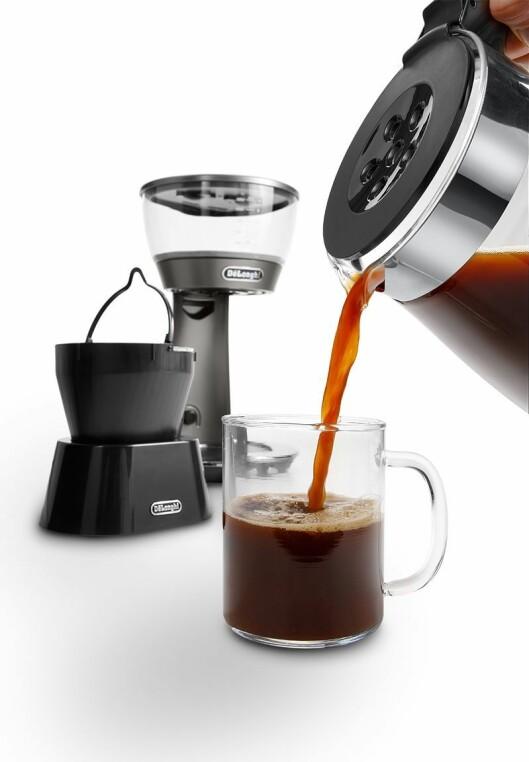 Når kaffen er traktet, kan filterholderen plasseres i et medfølgende stativ. Foto: DeLonghi.