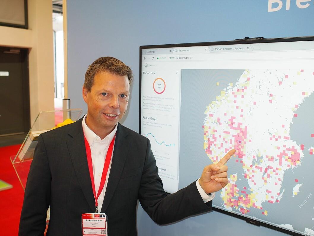 Airthings nye radonkart viser konsentrasjonen direkte på skjermen i sanntid. Øyvind Birkenes konstaterer at det er mye radon rundt Oslofjorden. Foto: Jan Røsholm