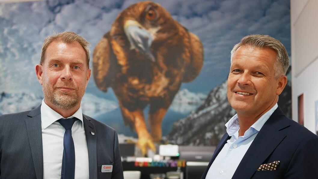 Christer Byfors (t. v.) og Erik Mikalsen foran Canon-ambassadør Audun Rikardsens ørnefotografi, blåst opp på 9x7 meter på en Canon Colorwave storformatskriver hos Pulp Grafisk i Oslo. Foto: Stian Sønsteng