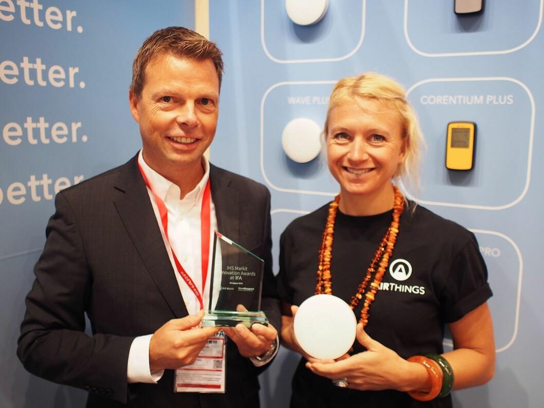 Øyvind Birkenes og Pippa Boothman fikk innovasjonsprisen for Wave Plus radonmåler. Foto: Jan Røsholm.