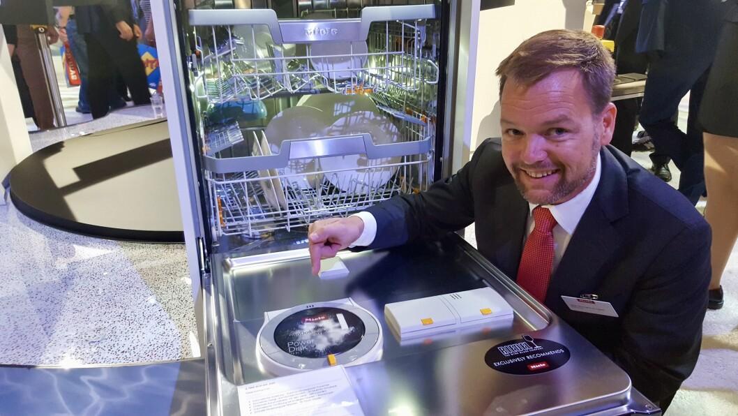 Stian Normann-Arvesen i Miele påpeker platen med oppvaskemiddel. Foto: Cathrine Pedersen.