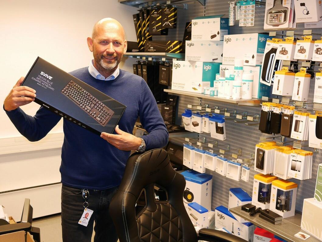 Bengt Pettersen, direktør for egne merkevarer i Komplett, med noe av sortimentet fra Svive og Iiglo. Foto: Stian Sønsteng