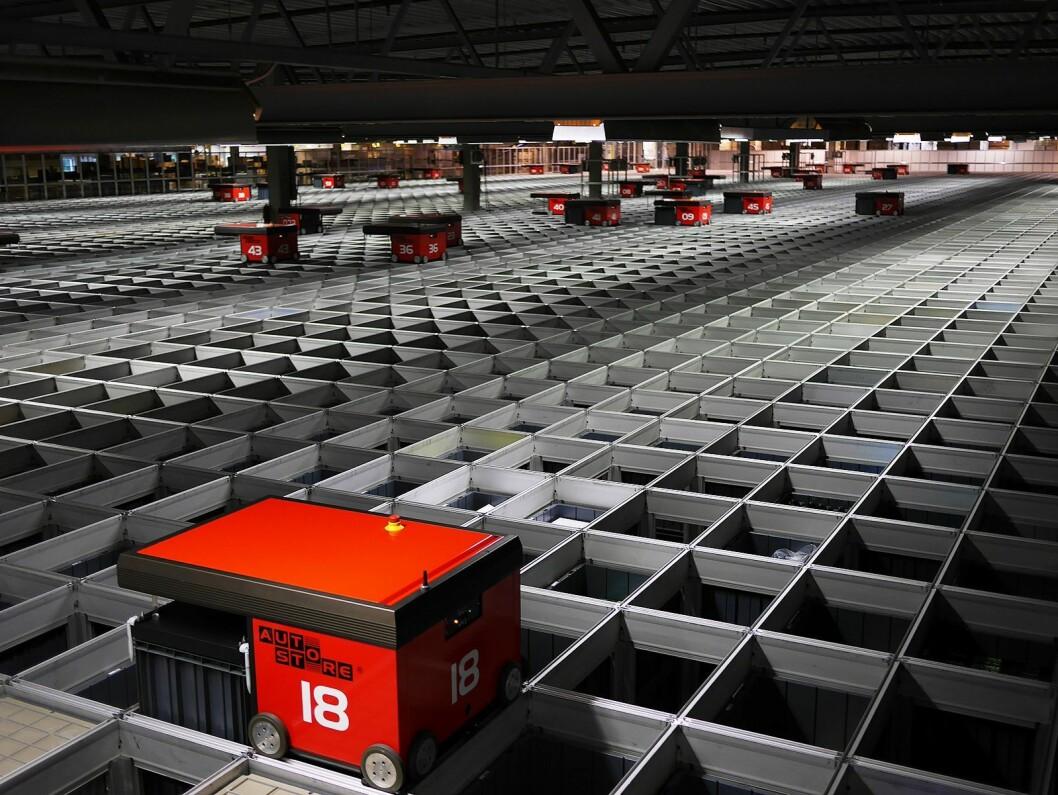 Robotlageret Auto Store fra Element Logic består nå av 72.500 kasser med 75 roboter og 35 arbeidsstasjoner. Kassene er lagret i et rutenett i flere høyder. Foto: Stian Sønsteng.