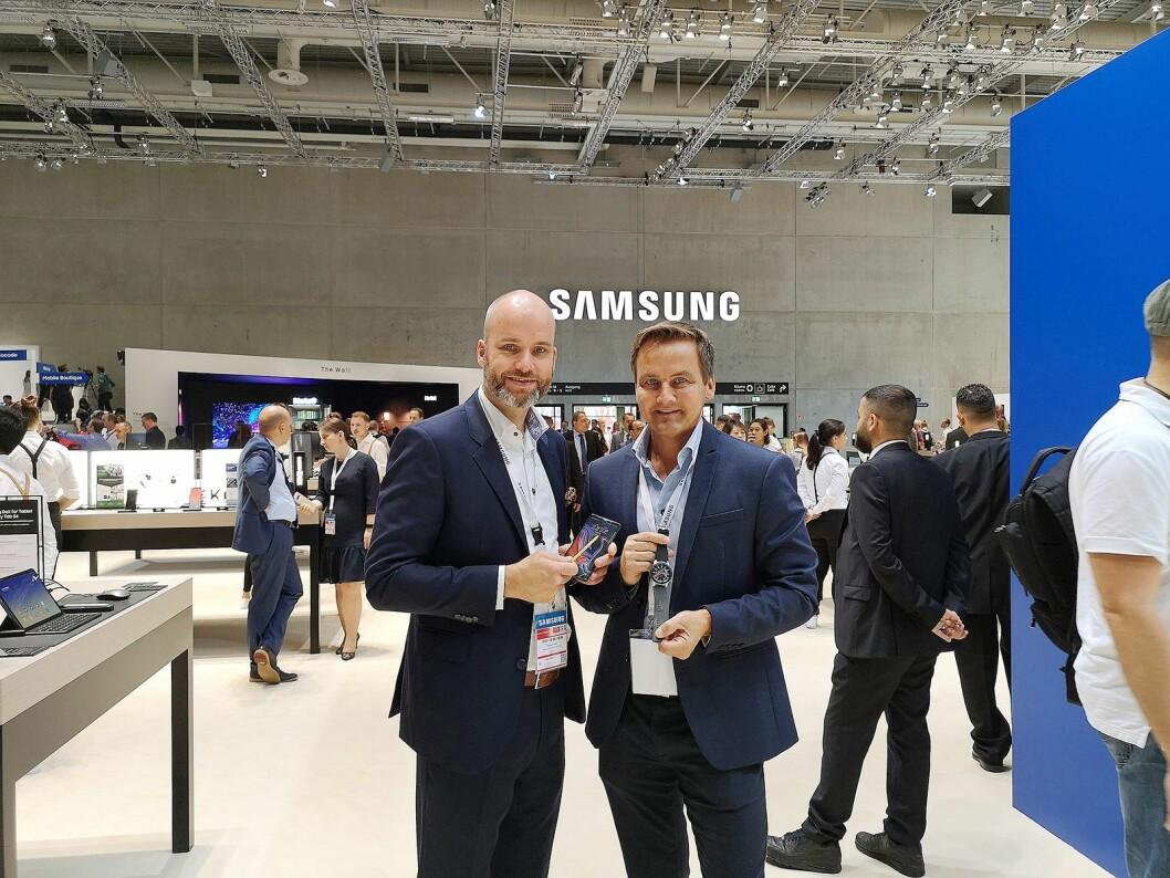 Stig-Ove Langø, salgssjef mobil i Samsung Norden og produktspesialist Øyvind Åsen viser fram Note9 og Galaxy Watch til besøkende på messen. Foto: Marte Ottemo.