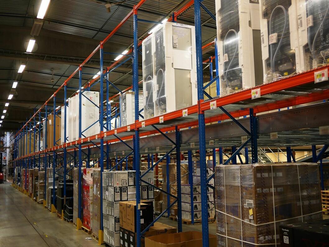 I den nye mesaninen etterfylles varer som rullerer ofte, og de kan plukkes direkte på transportbånd i to etasjer. Tidligere gikk man med en tralle. Foto: Stian Sønsteng.