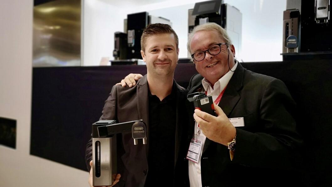 Victor Eberle (t. v.) og Martin Vinje med De'Longhi Maestosa. Foto: Marte Ottemo.