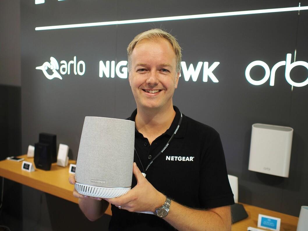 Pål Vatneberg viser frem den nye Orbi Voice, en maskeruter og smarthøyttaler med støtte for Amazon Alexa. Foto: Jan Røsholm