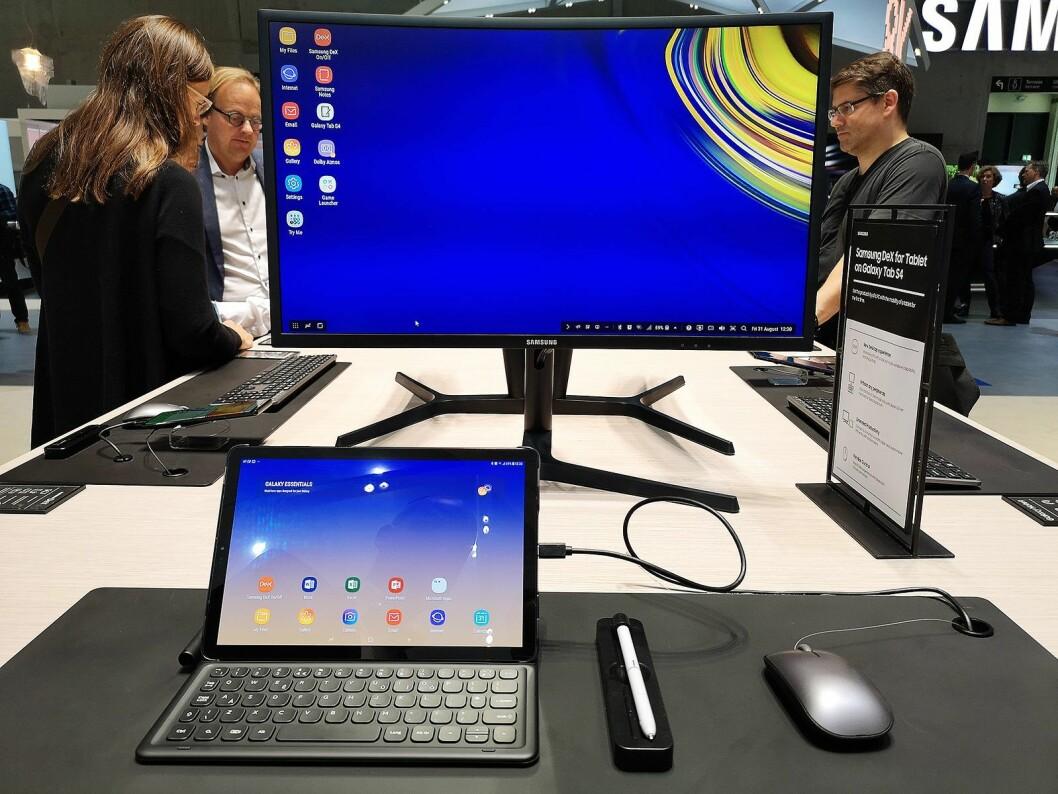 Nye Galaxy Tab S4 har både penn og egen desktop-modus. Foto: Marte Ottemo.