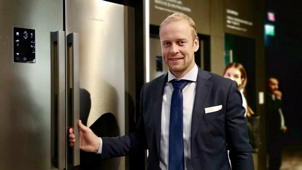 Bård Nordhagen i Grundig med et Fresh Meter-skap. Foto: Marte Ottemo.