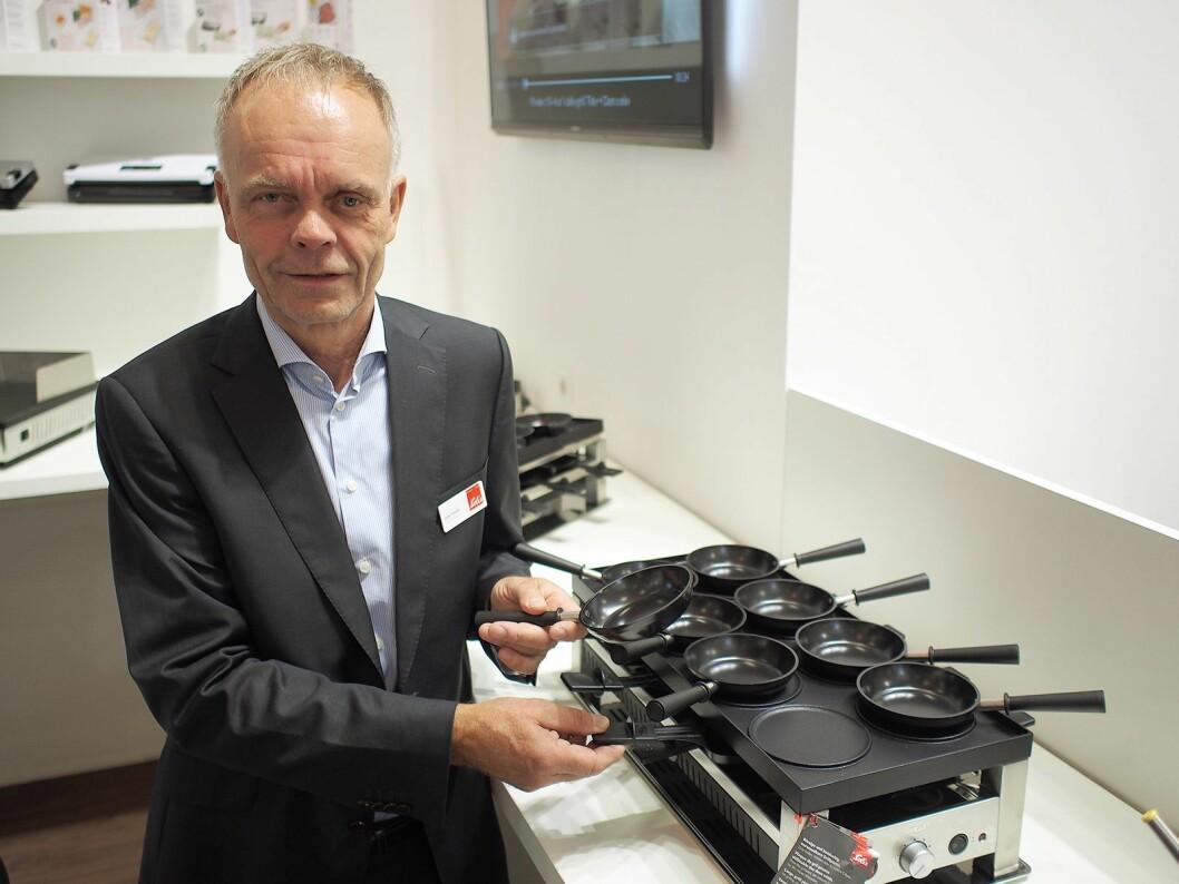Arne Finsnes viser frem minivok med raclette for inntil åtte personer. Foto: Jan Røsholm