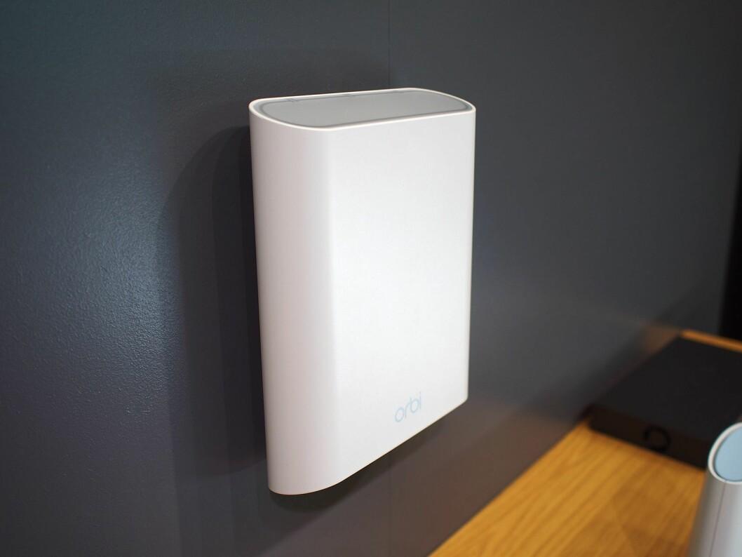 Orbi Outdoor støtter IP65, og kobles opp utendørs for å utvide nettverket. Foto: Jan Røsholm.