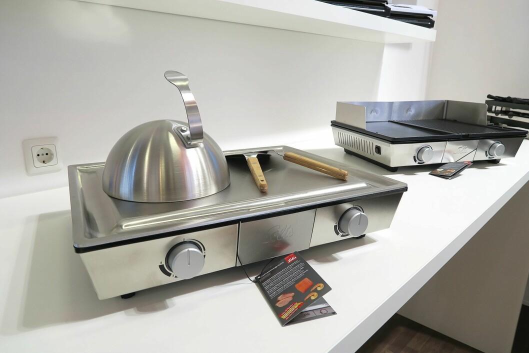 Til venstre ses en teppanyaki-grill og til høyre en grill med to separate soner. Foto: Cathrine Pedersen.