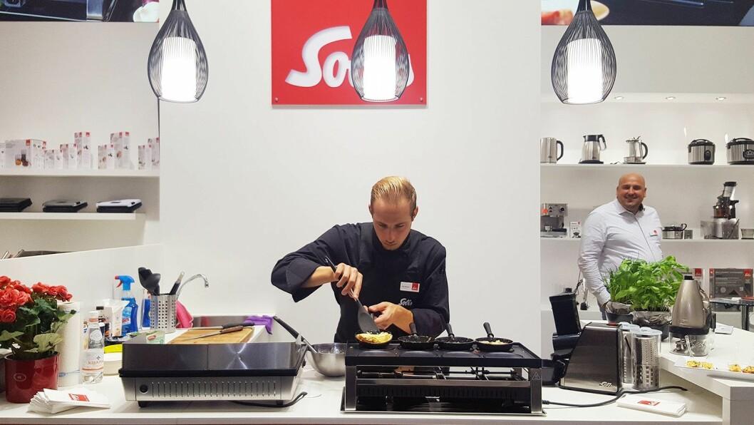Her lages pizza i racletten under, mens omelett stekes i de små pannene på toppen. Foto: Cathrine Pedersen.