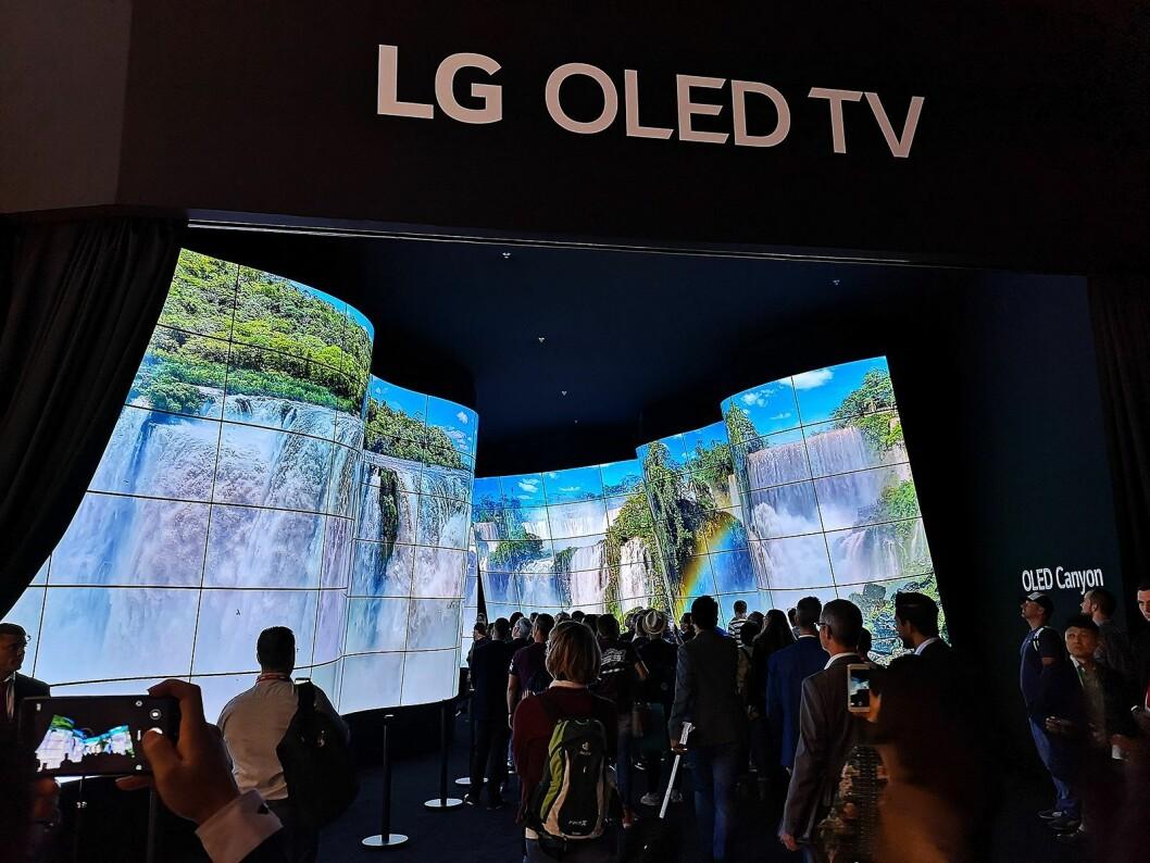 LG satser knallhardt på oled som fremtidens TV-teknologi, og bygde opp en egen dal bestående av 258 skjermer på sin IFA-stand. Foto: Marte Ottemo