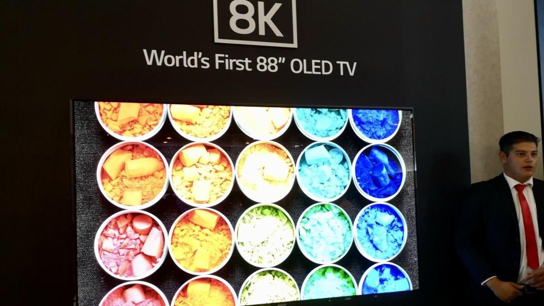 LG viser på IFA verdens første 88 tommer store oled-TV. Foto: Marte Ottemo.