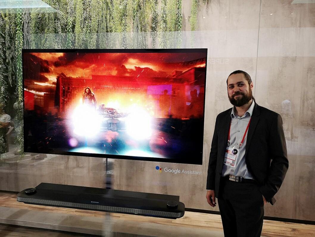 LGs produktspesialist Erik Svalberg sier selskapet jobber mye med kunstig intelligens, her med deres lydplanke og TV med Google Assistant. Foto: Marte Ottemo.