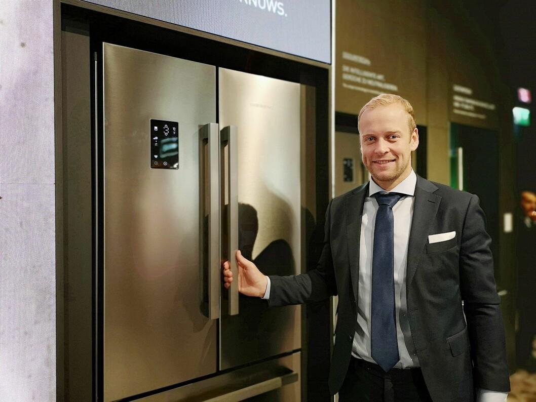 Bård Nordhagen, nordisk markedsansvarlig i Grundig, sier selskapet jobber hardt mot matsvinn på kjøleskapssiden. Foto: Marte Ottemo.