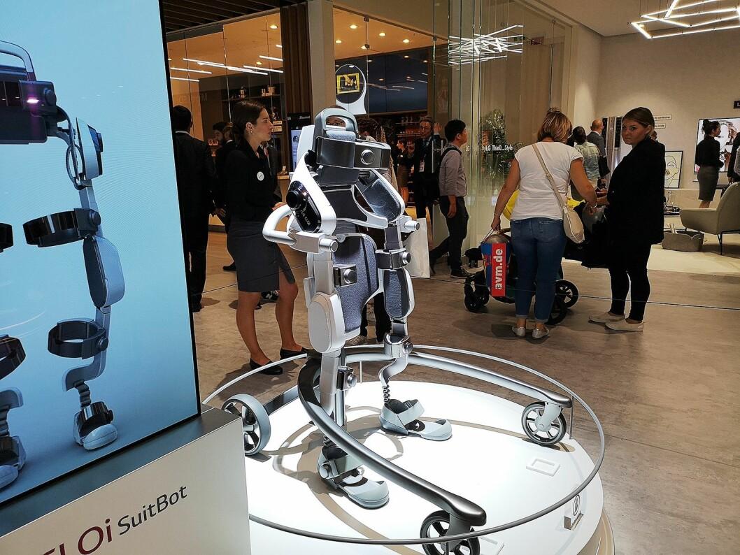 LGs Cloi Suit Bot kles på beina og ryggen, og skal hjelpe deg med de tunge løftene. Det er foreløpig snakk om en prototype. Foto: Marte Ottemo.