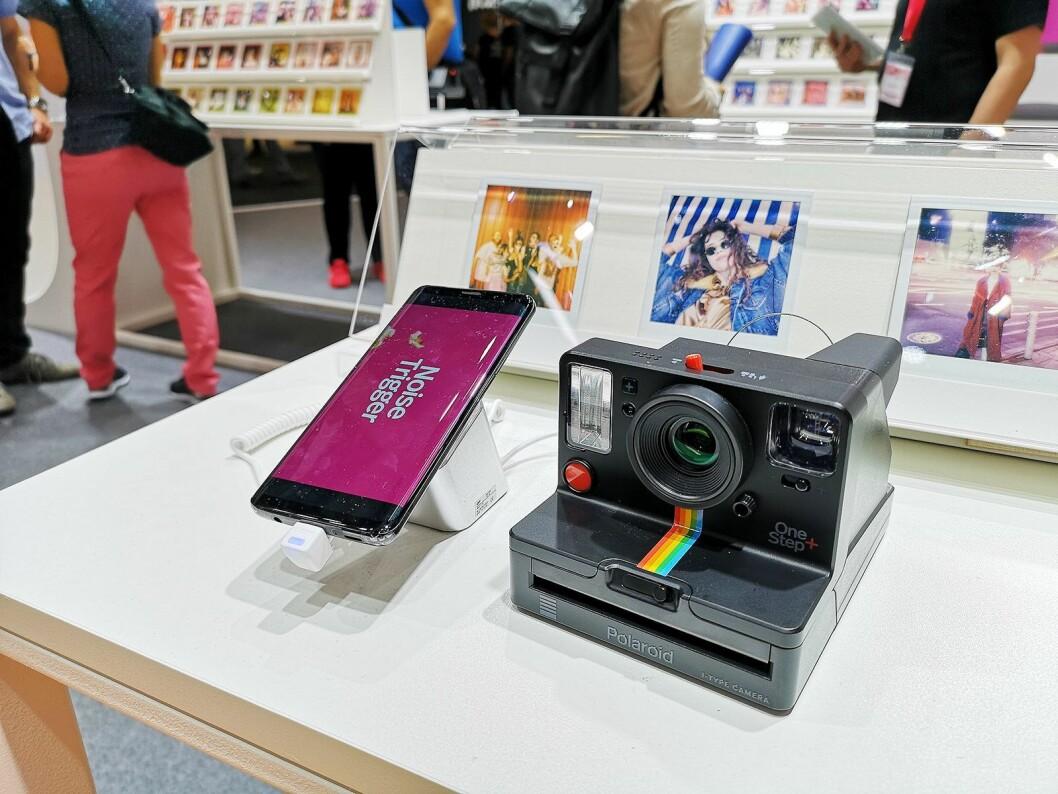 Polaroid Originals OneStep+ gir instantkameraet nye funksjoner med smarttelefon-tilkobling. Foto: Marte Ottemo
