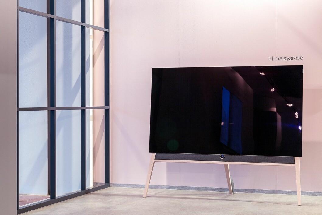 Loewes oled-TV på 65 tommer har en pris på 62.000 kroner. Gulvstativet koster 12.500 kroner. Foto: Loewe