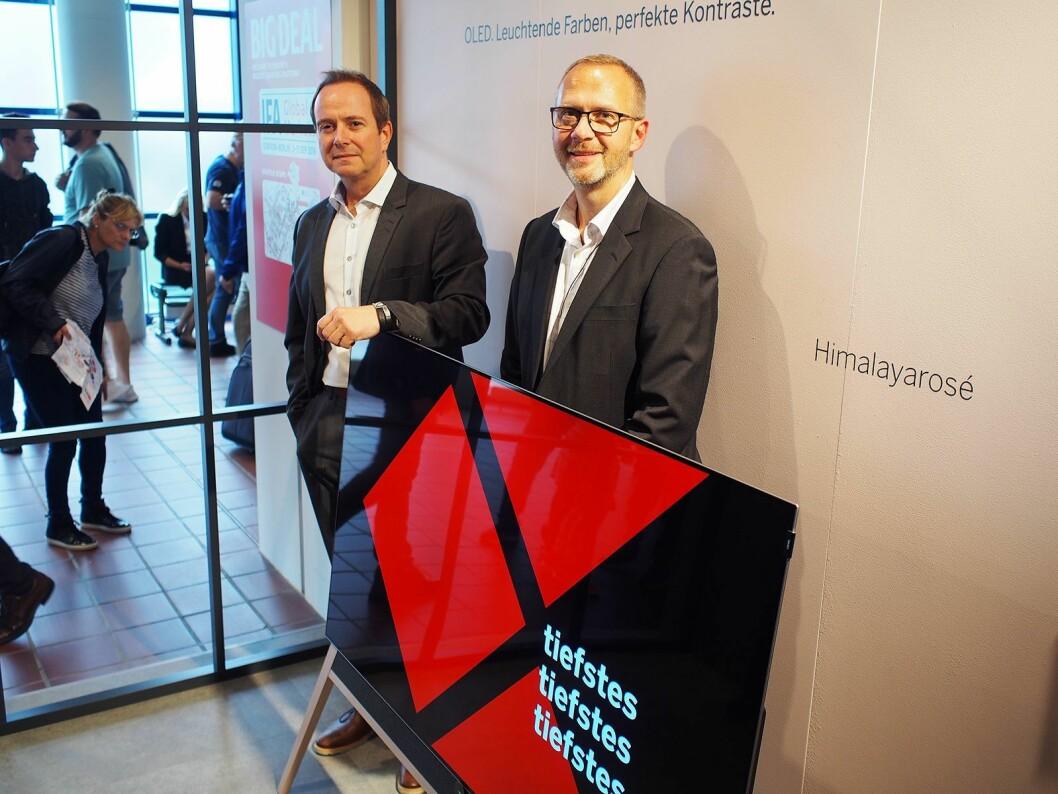 Roger Wollan (t. v.) og Tore Lundby demonstrerer den nye lydteknologien i Loewes produkter. Foto: Jan Røsholm.