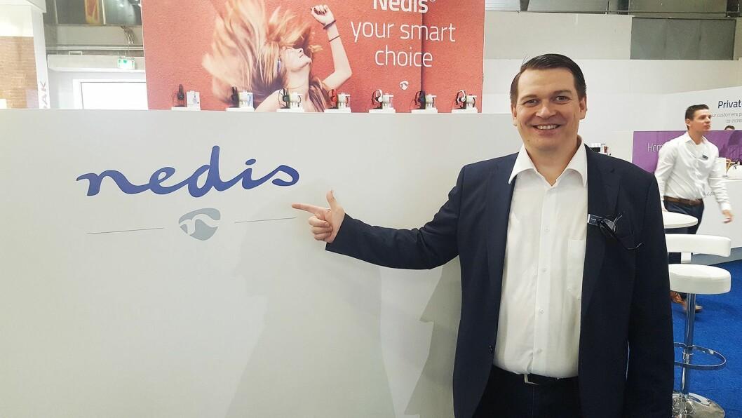 Tero Metsala i Nedis med selskapets nye logo. Foto: Cathrine Pedersen