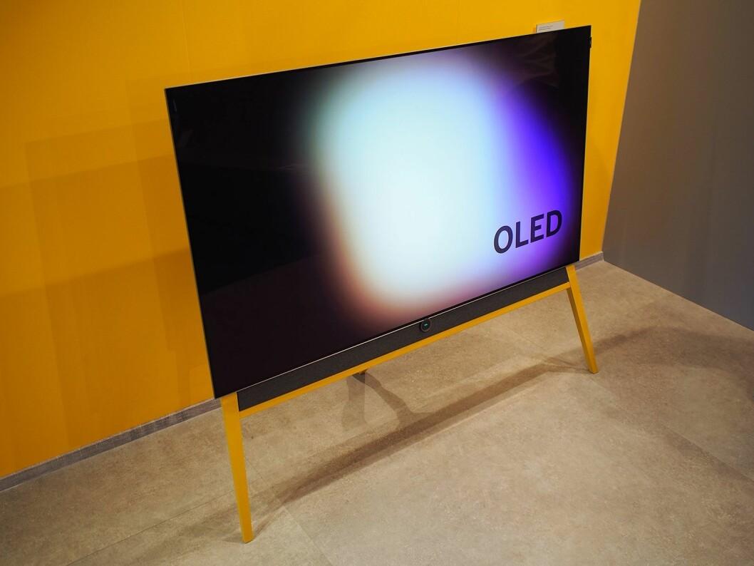 Gulvstativet kommer i flere farge for å kunne tilpasse ulike typer interiør. Foto: Jan Røsholm.
