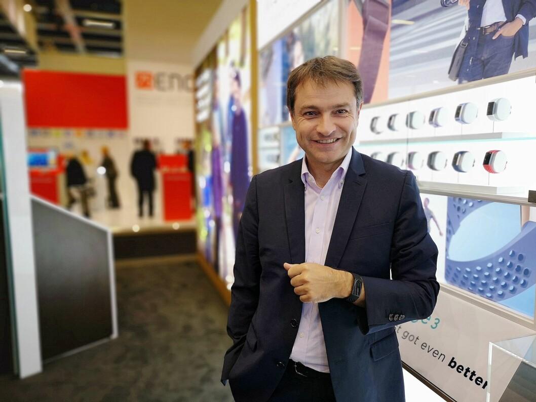 Europeisk markedssjef i Fitbit, Benoit Raimbault, viser fram nye Charge 3 på IFA. Foto: Marte Ottemo