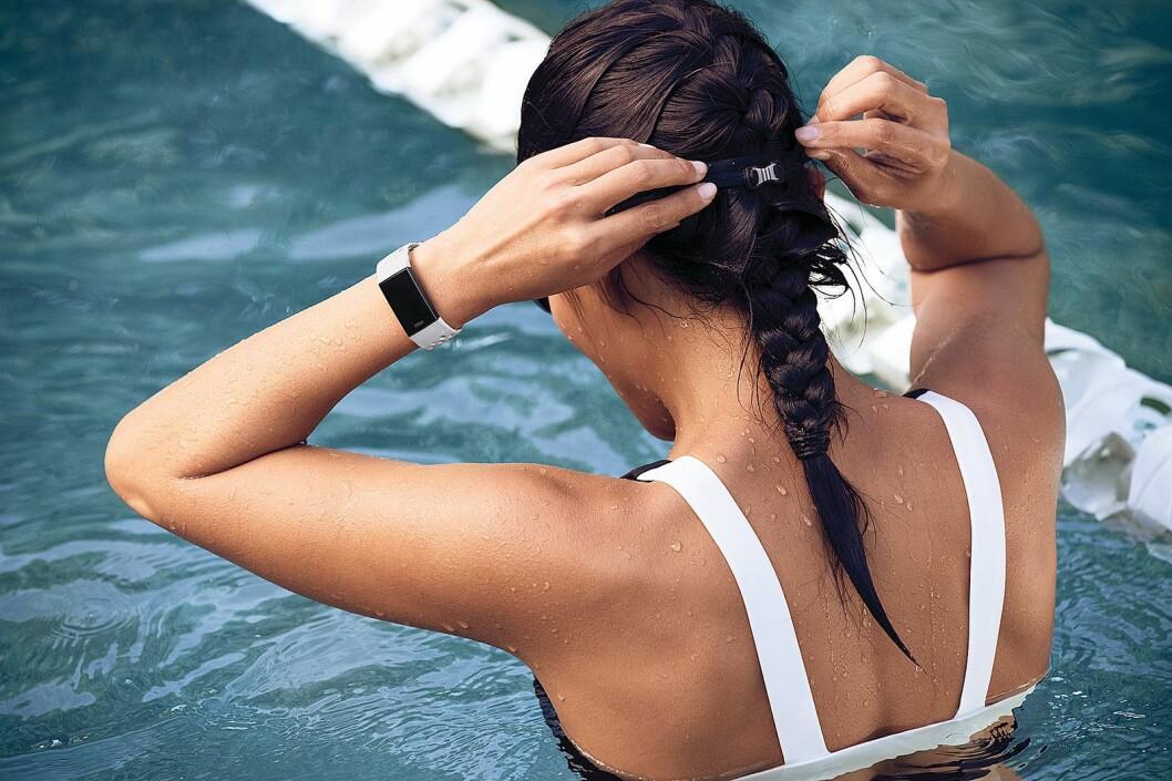 Du kan svømme med Charge 3, som er vanntett ned til 50 meter. Foto: Fitbit.