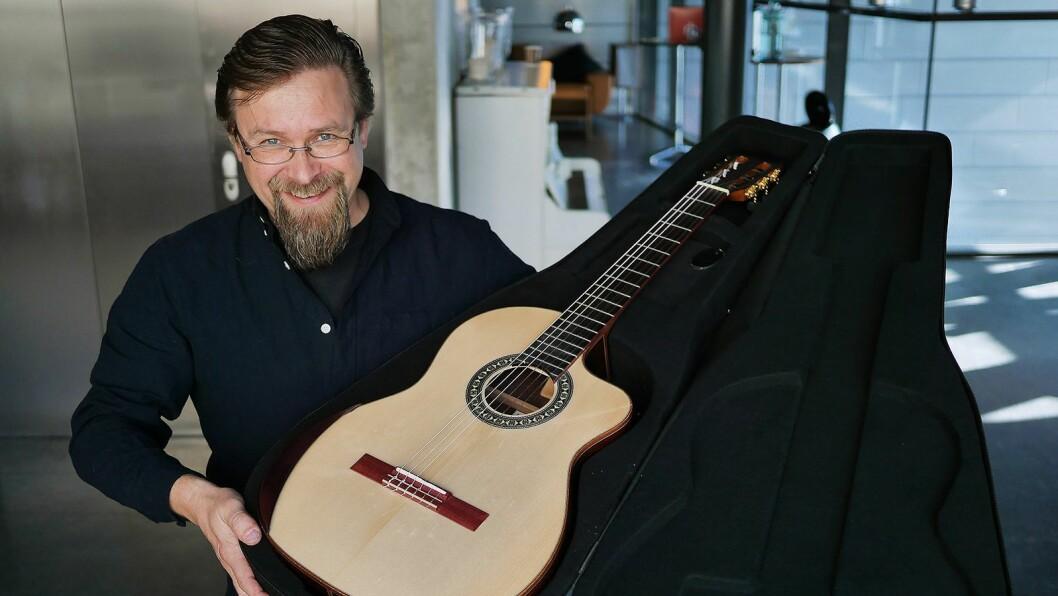 Terje Mentyjærvi i Musikk og elektronikk AS viste Kantare-gitarer, her Grazioso-modellen til 8.500 kroner i en Tanglewood-veske til 1.700 kroner. Foto: Stian Sønsteng.