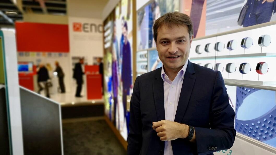 Europeisk markedssjef Benoit Raimbault i Fitbit viser frem nye Charge 3 på IFA. Foto: Marte Ottemo.